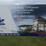 'n Belegger het dié foto van 'n verbleikte reklamebord vir PIC Investment (later hernoem na Pickvest) net buite Maclear in die Oos-Kaap geneem.